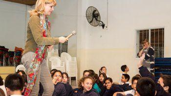 Teté Coustarot recibió el cariño de los chicos del colegio Don Bosco.