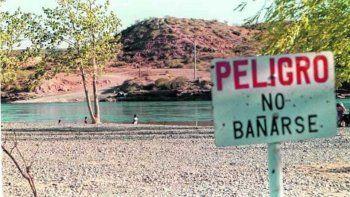 denuncian una extrema contaminacion del rio negro en roca