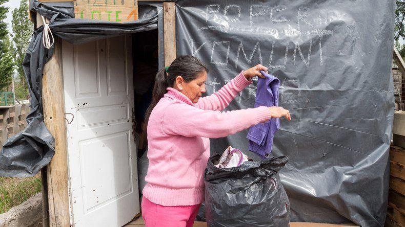 Sonia clasifica la ropa
