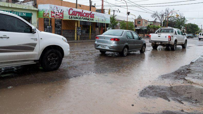 Sigue la lluvia y las calles de Cipolletti ya muestran complicaciones