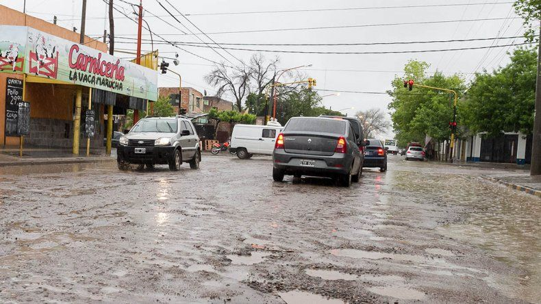 La lluvia tapa los pozos y los automovilistas sufren por los daños.