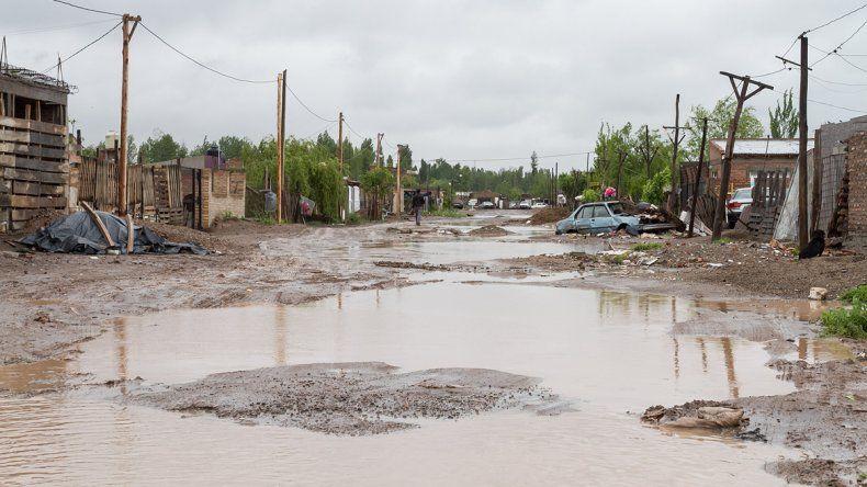Como lagunas. En el Obrero las calles se llenaron de agua por la lluvia y el desborde de pozos ciegos.