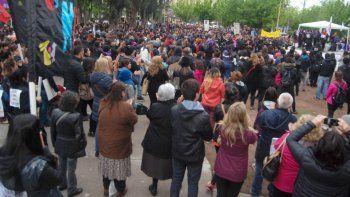 La movilización colmó la plaza San Martín, a pesar del mal clima.