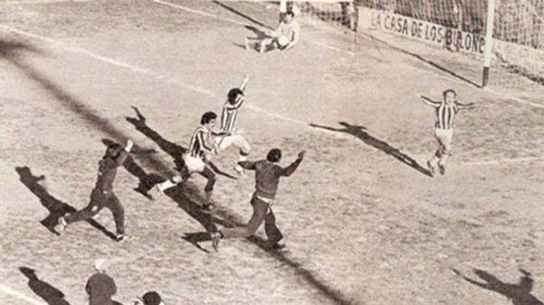 Perales inicia la corrida triunfal hacia las plateas. Cipolletti se convertía en el primer patagónico de Primera en el 73.
