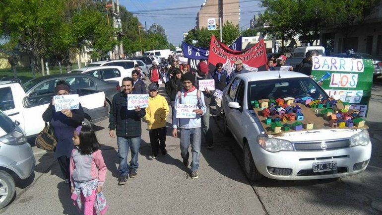 Los vecinos de la toma marcharon al Centro Cultural