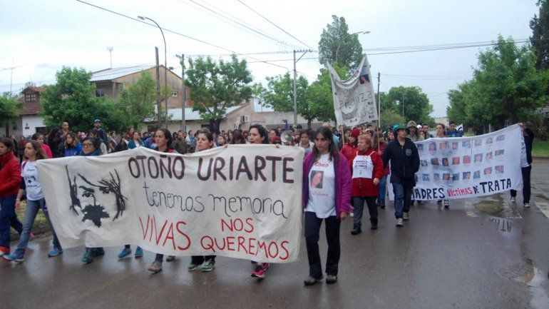 La multitudinaria columna recorrió las calles de Fernández Oro para exigir justicia por el crimen de Otoño Uriarte.