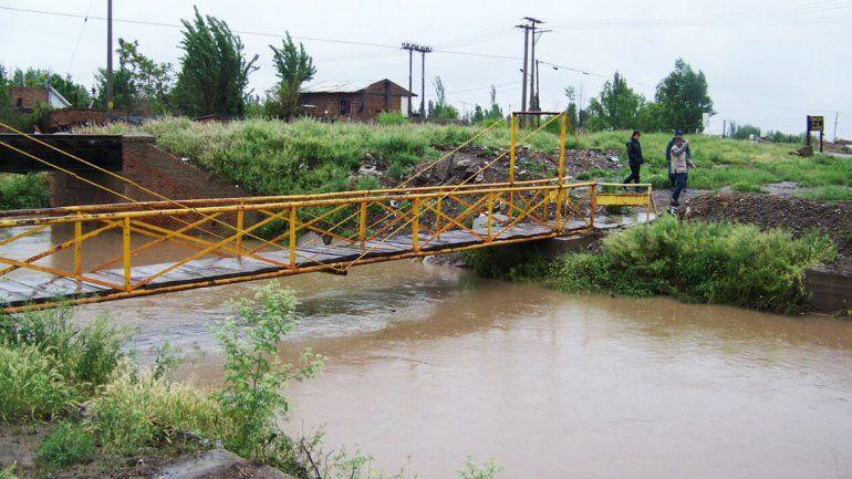 Limpian desagües y temen por desborde de canales