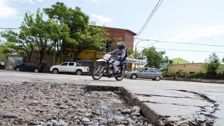 Los grandes baches invaden la mayoría de las calles de Cipolletti.
