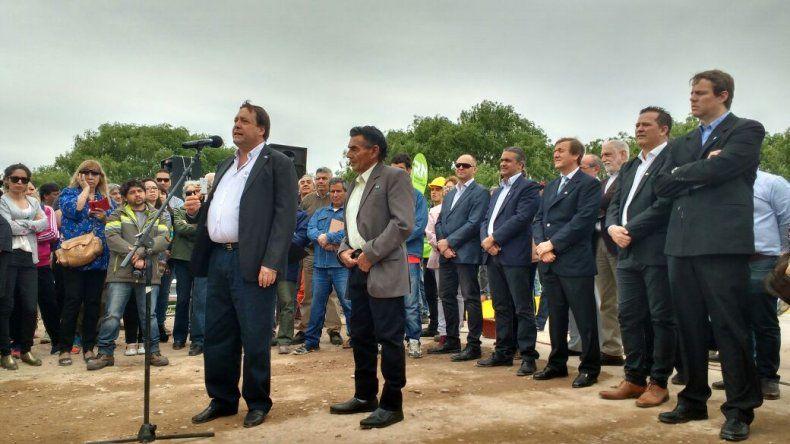 El gobernador de Río Negro en el acto inauguración del Puente de la Isla Jordán.