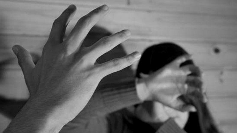 La mujer se hartó de los golpes y humillaciones y lo denunció. Ahora vive aterrada y no sabe dónde ir.