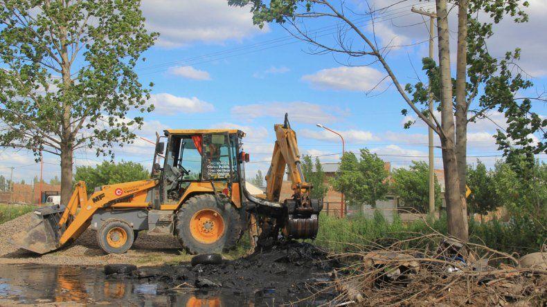 La limpieza del canal es la causa del plan de mudanza. Las máquinas no pueden entrar a la zona más complicada.