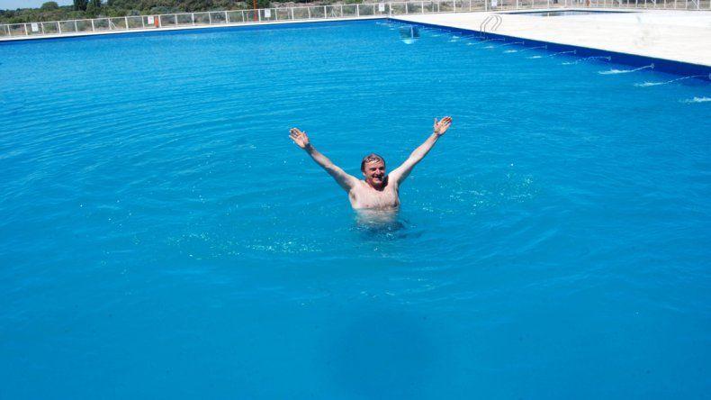 Tortoriello inauguró la última temporada con un chapuzón en la pileta municipal de la Isla Jordán.