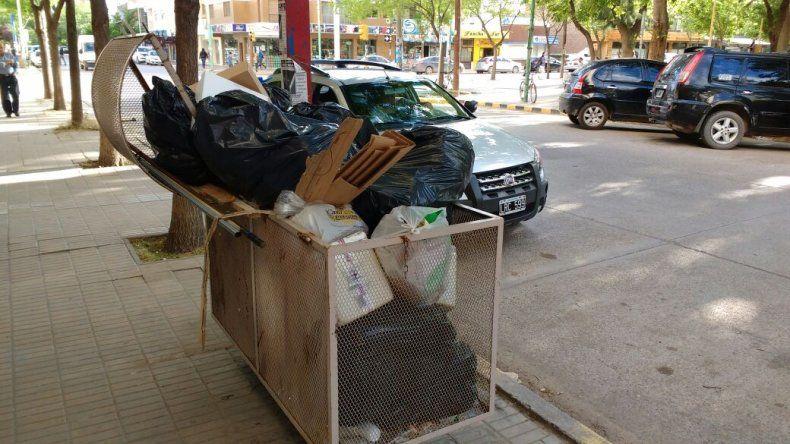 Los cestos repletos de basura.