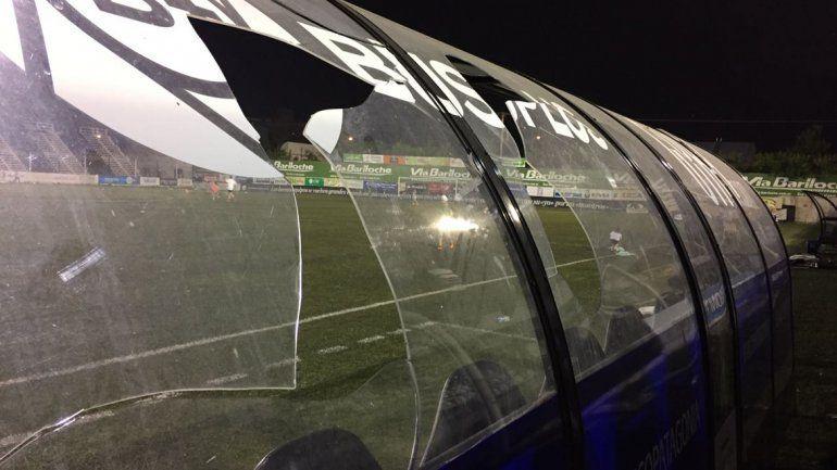 Integrantes del Deportivo Roca rompieron parte del banco de suplentes en la cancha de Cipo