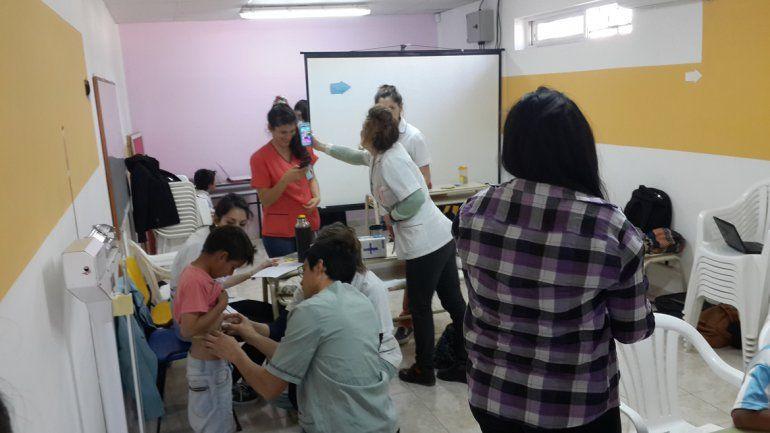 Evaluaron a los chicos con tablas que miden el índice de masa corporal para la edad y la circunferencia de la cintura.