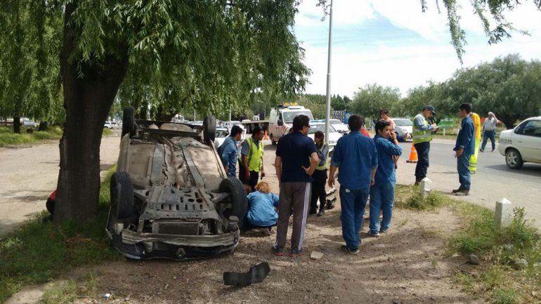 Una mujer volcó sobre la Ruta 22 y sufrió heridas leves