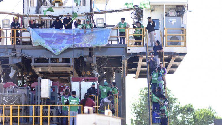 Militantes de ATE bloquean los accesos a los pozos petroleros y tomaron las máquinas en Allen