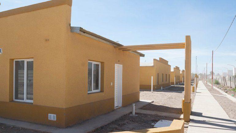 Weretilneck y Frigerio entregaron viviendas a 80 familias cipoleñas