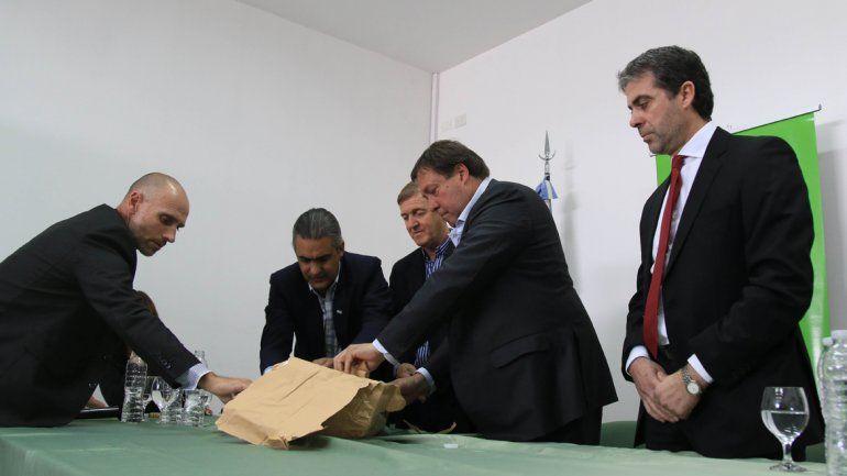 El gobernador Alberto Weretilneck se encargó de la apertura de sobres.
