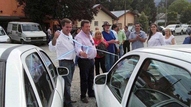 Weretilneck entregó aportes y vehículos para el Municipio de El Bolsón.