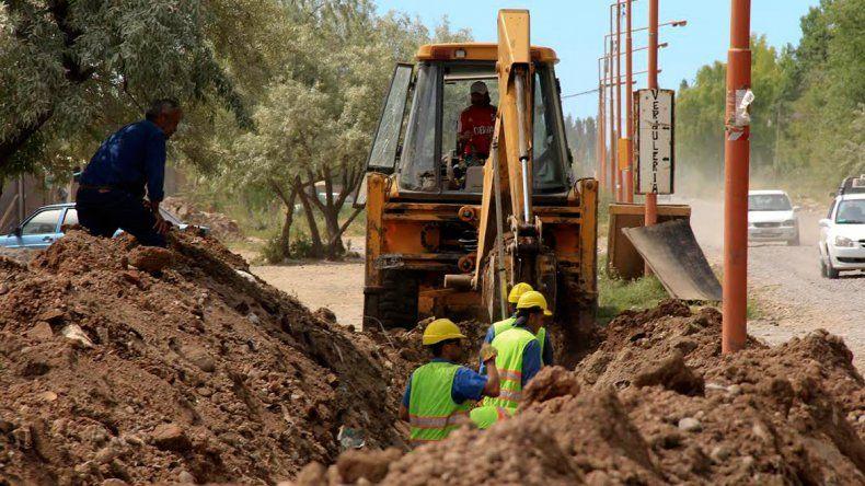Los trabajadores se apuran en sus tareas. El zanjeo alcanza una gran profundidad para evacuar mucha agua.