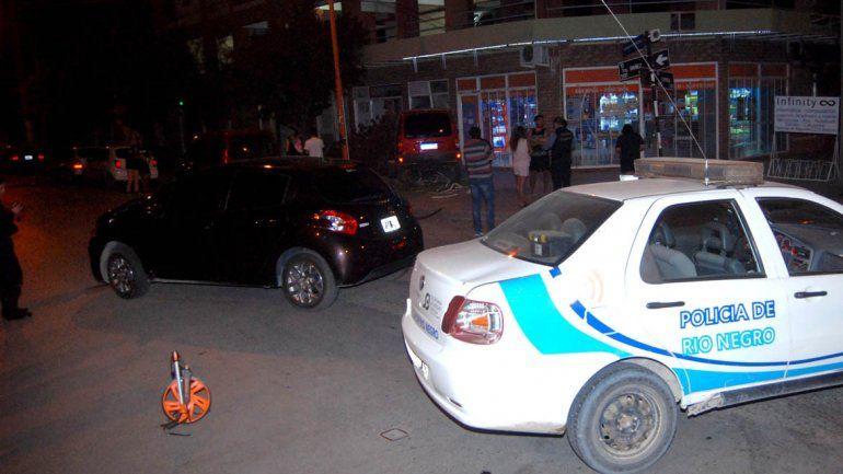 Chocaron y una camioneta se estrelló contra un comercio