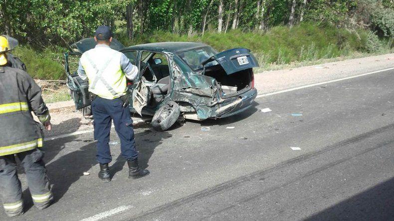 Un auto chocó contra dos camiones y sus ocupantes están vivos de milagro