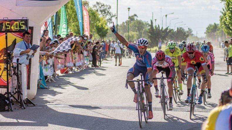 Navarrete recibiendo la bandera a cuadros en Fernández Oro.