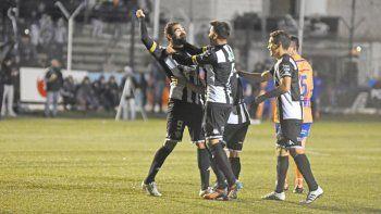 Cristian Taborda ya le marcó seis goles a Deportivo Roca, pero todavía no pudo convertir en el Luis Maiolino.