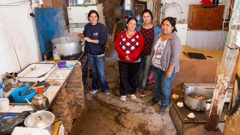 En los barrios más carenciados la gente se organiza para poder comer.