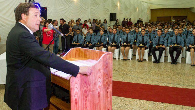 El gobernador Weretilneck resaltó las responsabilidades que tendrán los nuevos agentes con la comunidad.