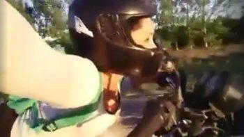 inconsciente: se filmo manejando en la ruta acostada sobre la moto y lo subio a facebook