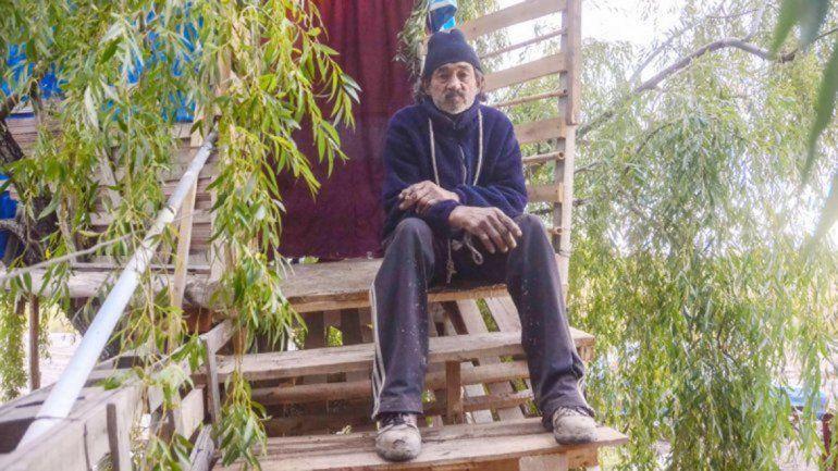 Tarzán amenaza con prenderse fuego si lo desalojan