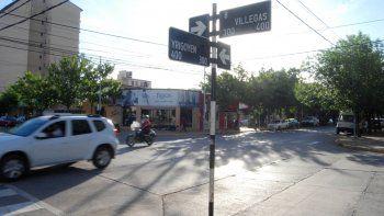 El atraco a la automovilista se produjo en pleno centro de Cipolletti, sobre calle Yrigoyen. Uno de los delincuentes le hizo estallar una de las ventanillas.