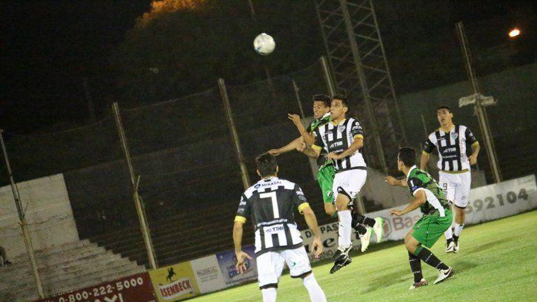 El Albinegro erró un penal en el arranque y terminó padeciendo el partido en El Fortín.