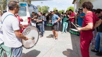 trabajadores del hospital marcharon por el atraso salarial y continuan con la retencion