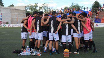 Cipo tiene fecha libre el domingo y Villa Mitre visita a Independiente en La Chacra. El Albinegro le prende velas al Rojo neuquino.