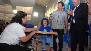 En el acto de colación del CET 15, los alumnos de primero y segundo año entregaron la silla postural que ellos mismos fabricaron para el pequeño Emanuel, que el año que viene empieza la escuela.