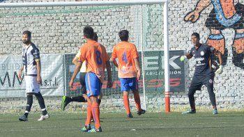 Taborda y el lamento después de que Paniccia le atajara el penal en el último clásico frente a Deportivo Roca.