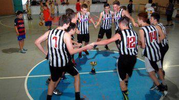 El festejo de los infantiles, que vencieron en el último juego a Roca 55-50.