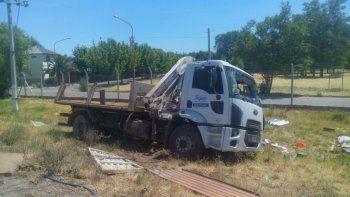 El camión de Aguas Argentinas terminó volcando tras el choque.