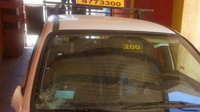 El taxi tiene la marca de uno de los golpes en el parabrisas.