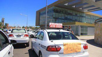 Los taxistas cipoleños cruzaron el puente para pedir seguridad en Neuquén.