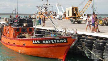 La actividad de los pescadores llama la atención de los veraneantes.