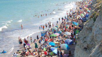 La marea amontonó a los visitantes y subió al mediodía, cuando las playas estaban repletas.