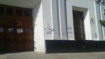 sabina costa indignada por grafitis durante la marcha por el rio negro