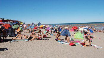 La gran extensión de la costa les da lugar a todos en Las Grutas.