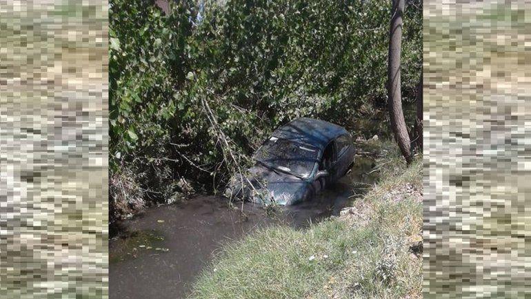 Una mujer perdió el control del auto y cayó a un desagüe