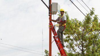 Operarios de la empresa de Altec están colocando las nuevas cámaras en las calles cipoleñas, en los lugares elegidos por la Policía de Río Negro.