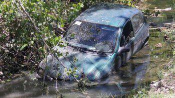 El auto Chevrolet Corsa fue a parar al desagüe que corre de manera paralela a Circunvalación.